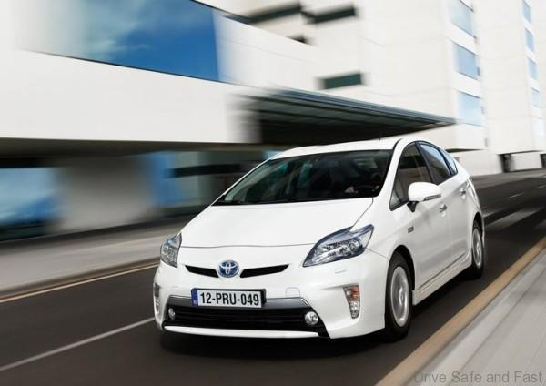 Toyota-Prius_Plug-in_Hybrid_2013_800x600_wallpaper_07