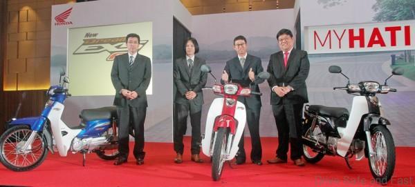 03 L-R Boon Siew Honda CMO Masami Masuyama, LPL Tatsuya Minagawa, Koji Onishi and Dato' Sri Tan Hui Jing with the newly launched EX5 Dream FI