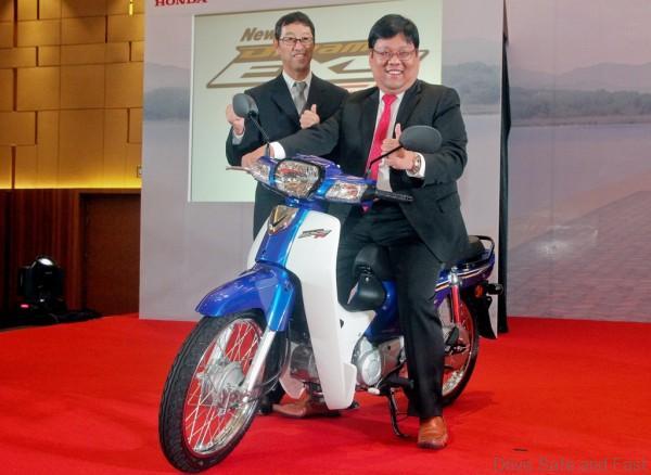 04 L-R Koji Onishi and Dato' Sri Tan Hui Jing with the new EX5 Dream FI