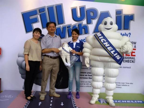 From left-Tadika Seri Cemerlang Jaya's Principal Goh Irene & Chairman Lee Sai Weng receiving a token of appreciation from Michelin Retail&Trade Marketing Manager, Blanche Chan