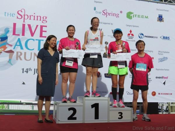 Mitsubishi CEO of MMM Mr. Yang presenting the awards to the 10km Women's Corporate Run Category (1)