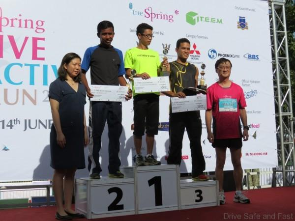 Mitsubishi CEO of MMM Mr. Yang presenting the awards to the 10km Women's Corporate Run Category (2)