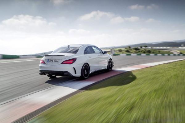 Mercedes-AMG CLA 45 Coupé; C117; 2016 Exterieur: Diamantweiß, AMG Aerodynamic-Paket; Interieur: Schwarz, Performance Sitze; Kraftstoffverbrauch (l/100 km) innerorts/außerorts/kombiniert: 9,2/5,6/6,9 CO2-Emissionen kombiniert: 162 g/km Exterior: diamond white, AMG Aerodynamics package; interior: black, performance seats; Fuel consumption (l/100 km) urban/exurban/combined: 9.2/5.6/6.9 combined CO2 emissions: 162 g/km