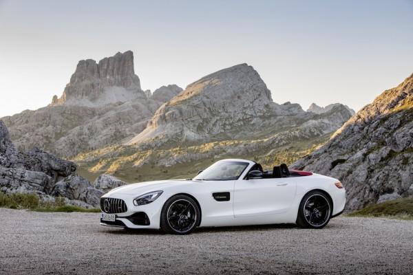 AMG GT Roadster (R 190), 2016; Exterieur: designo diamantweiß bright; Interieur: Leder Nappa Exklusiv schwarz/ red pepper ;Kraftstoffverbrauch kombiniert: 9,4 l/100 km, CO2-Emissionen kombiniert: 219 g/km AMG GT Roadster (R 190), 2016; exterior: designo diamond white bright; interior:Nappa leather exclusive black/red pepper; fuel consumption, combined: 9.4 l/100 km; combined CO2 emissions: 219 g/km