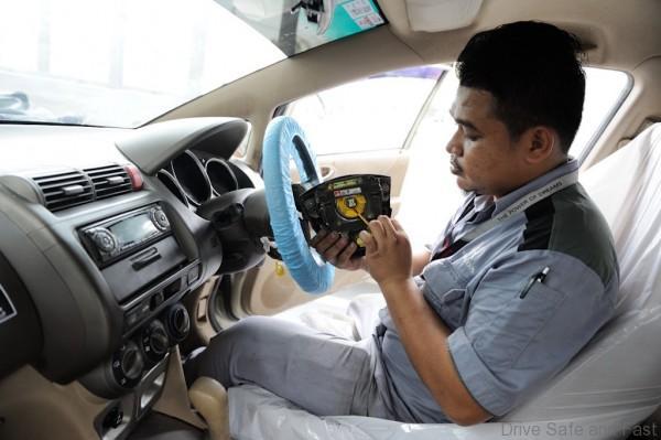 04-honda-technician-replacing-a-takata-driver-front-airbag-inflator