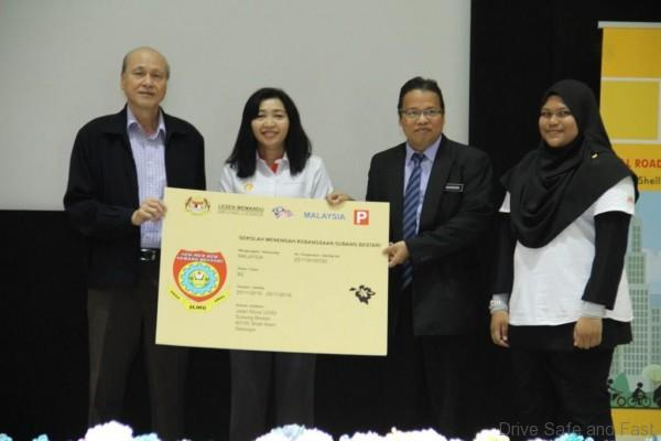 pic-1-mylesen-presentation-to-smk-subang-bestari